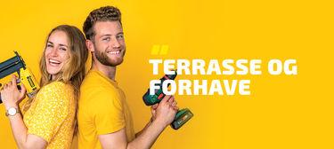 """Line og Benjamin fra gult hus med værktøj i hænderne. Gul baggrund med teksten """"terrasse og forhave"""""""